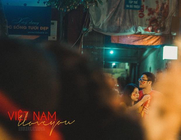 Bộ ảnh cổ vũ đội tuyển Việt Nam đáng yêu của sinh viên Thương mại: Khi tình yêu bóng đá và tình yêu đôi lứa hoà chung nhịp đập - Ảnh 10.