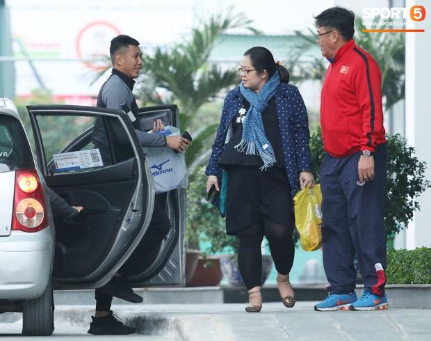 Tuyển Việt Nam thoải mái mua sắm, gặp mặt bạn bè trước giờ G - Ảnh 2.