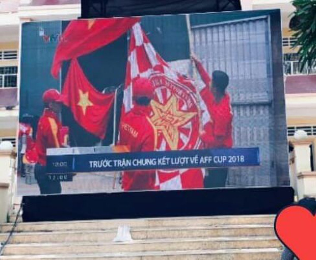 Chưa đến giờ diễn ra trận đấu nhưng hàng loạt học sinh đã bão ngay tại sân trường để cổ vũ đội tuyển - Ảnh 6.