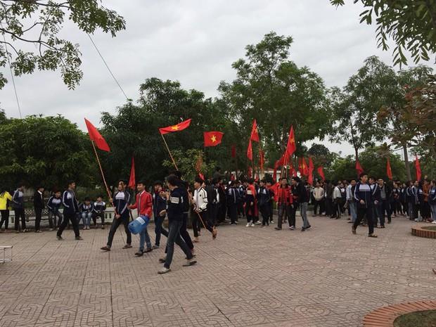 Chưa đến giờ diễn ra trận đấu nhưng hàng loạt học sinh đã bão ngay tại sân trường để cổ vũ đội tuyển - Ảnh 3.