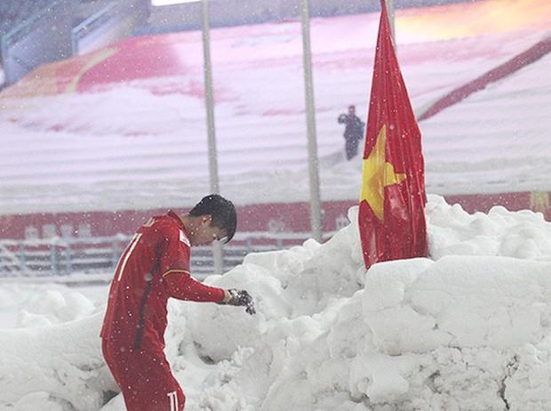 Hình ảnh Duy Mạnh cúi đầu trước quốc kỳ trên núi tuyết bất ngờ được dân mạng chia sẻ lại kèm lời chúc ý nghĩa - Ảnh 1.