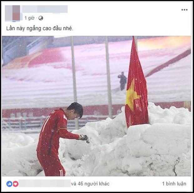 Hình ảnh Duy Mạnh cúi đầu trước quốc kỳ trên núi tuyết bất ngờ được dân mạng chia sẻ lại kèm lời chúc ý nghĩa - Ảnh 2.