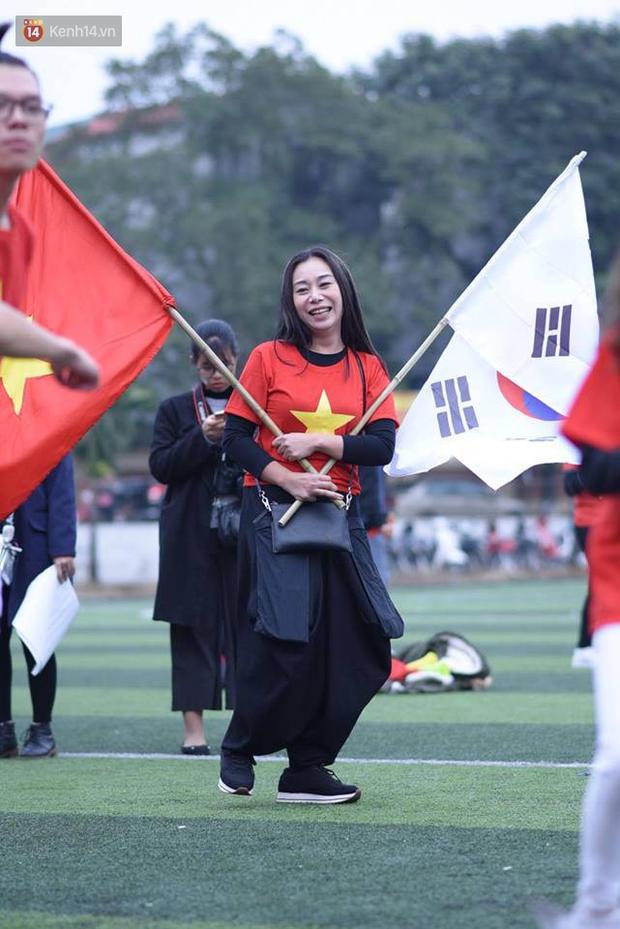 Offline các trường Đại học lớn nhất nước cổ vũ đội tuyển Việt Nam: Dàn gái xinh lung linh nhảy cực sung chờ bóng lăn - Ảnh 40.