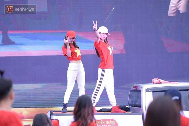 Offline các trường Đại học lớn nhất nước cổ vũ đội tuyển Việt Nam: Dàn gái xinh lung linh nhảy cực sung chờ bóng lăn - Ảnh 36.