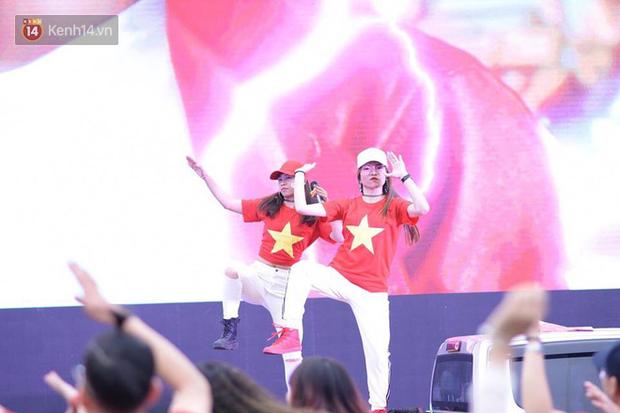 Offline các trường Đại học lớn nhất nước cổ vũ đội tuyển Việt Nam: Dàn gái xinh lung linh nhảy cực sung chờ bóng lăn - Ảnh 37.