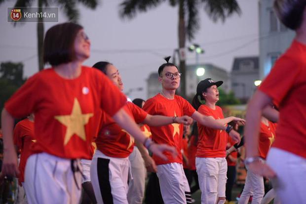 Offline các trường Đại học lớn nhất nước cổ vũ đội tuyển Việt Nam: Dàn gái xinh lung linh nhảy cực sung chờ bóng lăn - Ảnh 29.