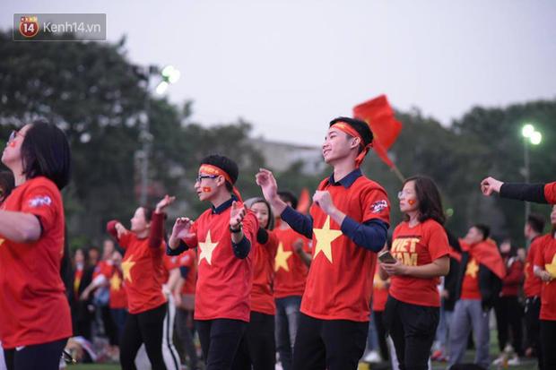 Offline các trường Đại học lớn nhất nước cổ vũ đội tuyển Việt Nam: Dàn gái xinh lung linh nhảy cực sung chờ bóng lăn - Ảnh 30.