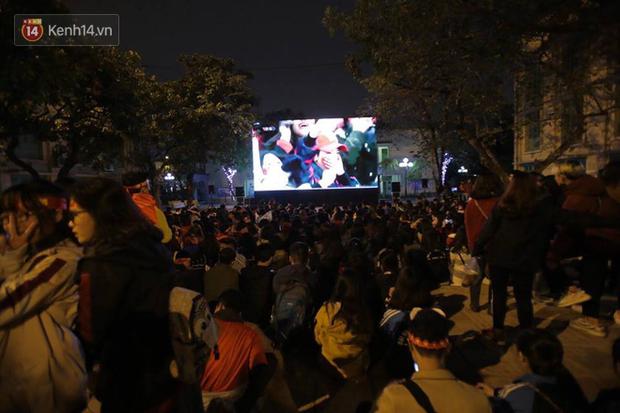 Offline các trường Đại học lớn nhất nước cổ vũ đội tuyển Việt Nam: Dàn gái xinh lung linh nhảy cực sung chờ bóng lăn - Ảnh 18.