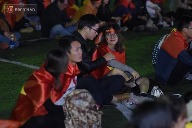 Offline các trường Đại học lớn nhất nước cổ vũ đội tuyển Việt Nam: Dàn gái xinh lung linh nhảy cực sung chờ bóng lăn - Ảnh 14.