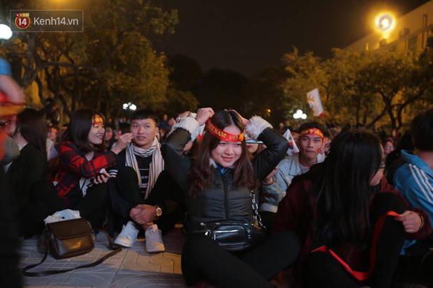 Offline các trường Đại học lớn nhất nước cổ vũ đội tuyển Việt Nam: Dàn gái xinh lung linh nhảy cực sung chờ bóng lăn - Ảnh 10.