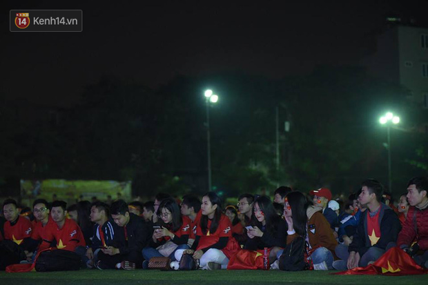 Offline các trường Đại học lớn nhất nước cổ vũ đội tuyển Việt Nam: Dàn gái xinh lung linh nhảy cực sung chờ bóng lăn - Ảnh 9.