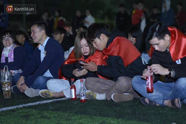 Offline các trường Đại học lớn nhất nước cổ vũ đội tuyển Việt Nam: Dàn gái xinh lung linh nhảy cực sung chờ bóng lăn - Ảnh 11.