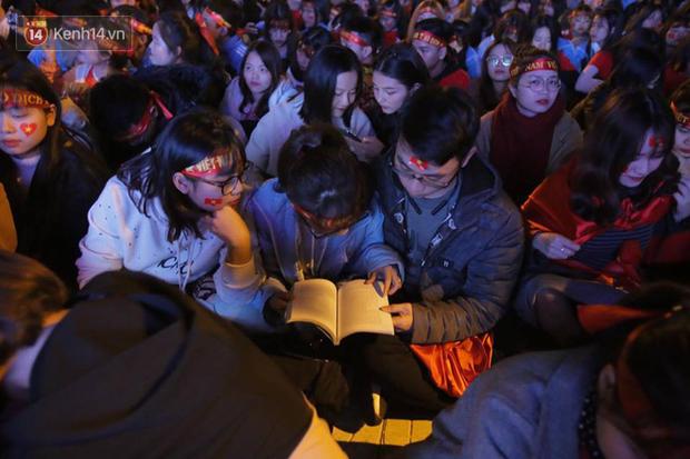 CĐV cứng nhất năm: Hàng triệu người hâm mộ hò hét cổ vũ Việt Nam dẫn trước vẫn lấy sách ra học chỉ vì 1 lý do này - Ảnh 1.