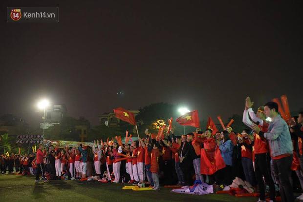 Offline các trường Đại học lớn nhất nước cổ vũ đội tuyển Việt Nam: Dàn gái xinh lung linh nhảy cực sung chờ bóng lăn - Ảnh 6.