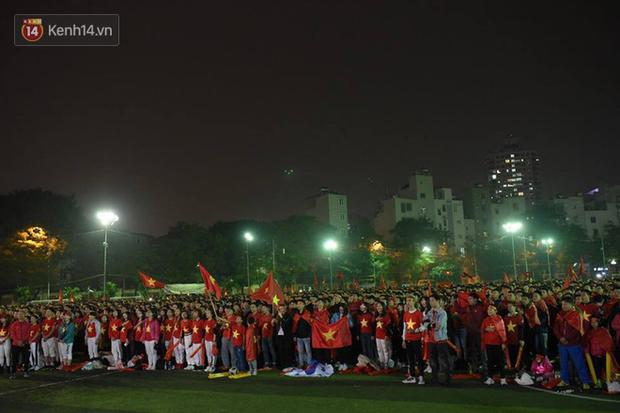 Offline các trường Đại học lớn nhất nước cổ vũ đội tuyển Việt Nam: Dàn gái xinh lung linh nhảy cực sung chờ bóng lăn - Ảnh 1.