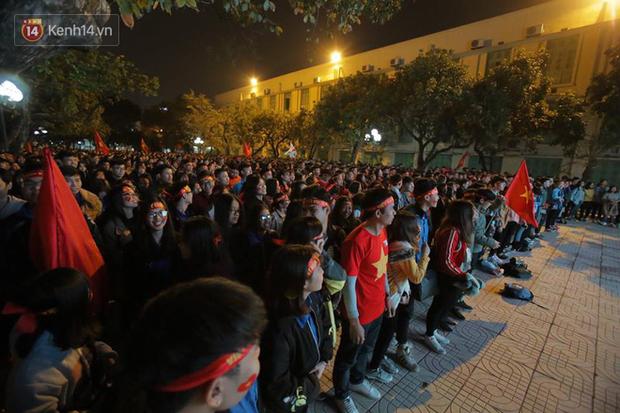 Offline các trường Đại học lớn nhất nước cổ vũ đội tuyển Việt Nam: Dàn gái xinh lung linh nhảy cực sung chờ bóng lăn - Ảnh 3.