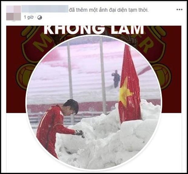 Hình ảnh Duy Mạnh cúi đầu trước quốc kỳ trên núi tuyết bất ngờ được dân mạng chia sẻ lại kèm lời chúc ý nghĩa - Ảnh 3.