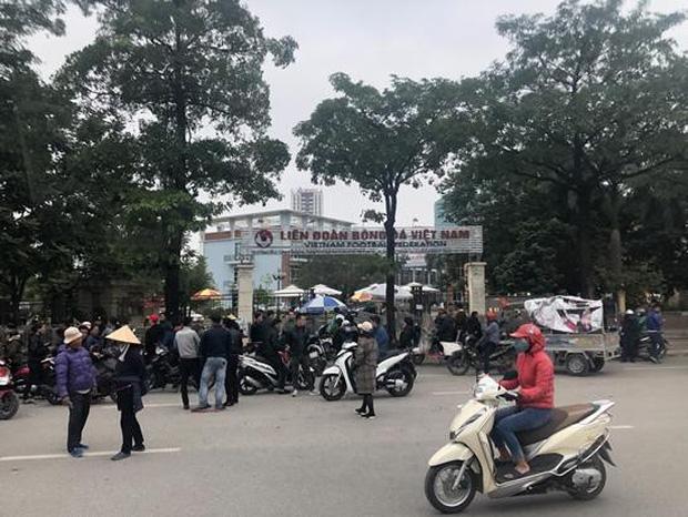BLV thể thao Hàn Quốc cũng phải choáng ngợp vì sự cuồng nhiệt của CĐV Việt Nam trước thềm chung kết AFF Cup 2018 - Ảnh 3.