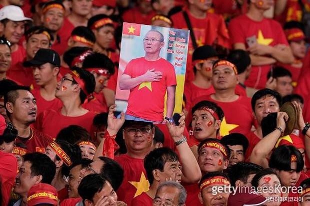 BLV thể thao Hàn Quốc cũng phải choáng ngợp vì sự cuồng nhiệt của CĐV Việt Nam trước thềm chung kết AFF Cup 2018 - Ảnh 2.