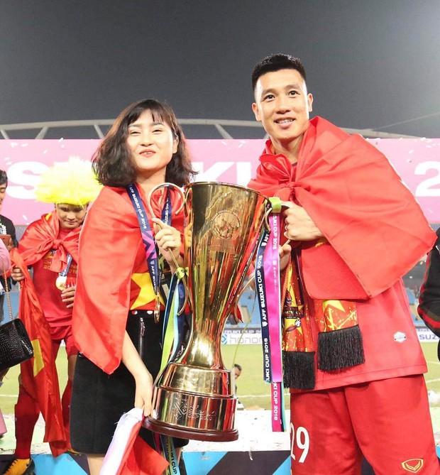 Loạt bạn gái khoe ảnh hạnh phúc, đầy tự hào bên cầu thủ khi Việt Nam lên ngôi vô địch - Ảnh 3.