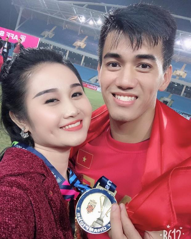 Loạt bạn gái khoe ảnh hạnh phúc, đầy tự hào bên cầu thủ khi Việt Nam lên ngôi vô địch - Ảnh 1.