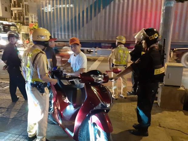 Gần 120 phương tiện bị tạm giữ vì đi bão quá khích trong đêm ở Sài Gòn - Ảnh 1.