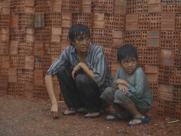 Cùng phận gà trống nuôi con nhưng cách hai người cha này khiến khán giả phim Việt rung động thật khác! - Ảnh 2.