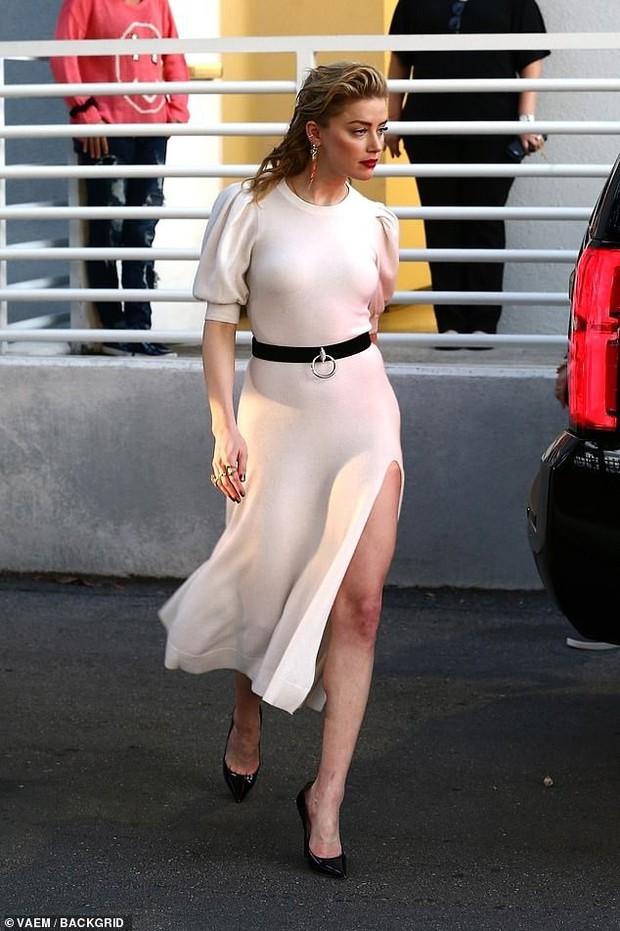 Xuất hiện đầy duyên dáng trên phố, mỹ nhân Aquaman Amber Heard không cần hở vẫn khoe khéo được vòng 1 căng đầy - Ảnh 3.