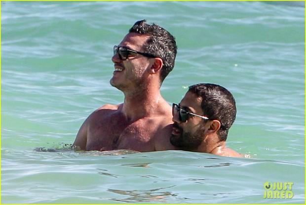 Tài tử đồng tính đẹp trai nhất nhì Hollywood gây sốt khi sánh đôi bên người yêu body 6 múi trên biển - Ảnh 6.