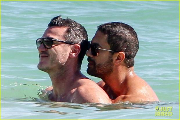 Tài tử đồng tính đẹp trai nhất nhì Hollywood gây sốt khi sánh đôi bên người yêu body 6 múi trên biển - Ảnh 5.
