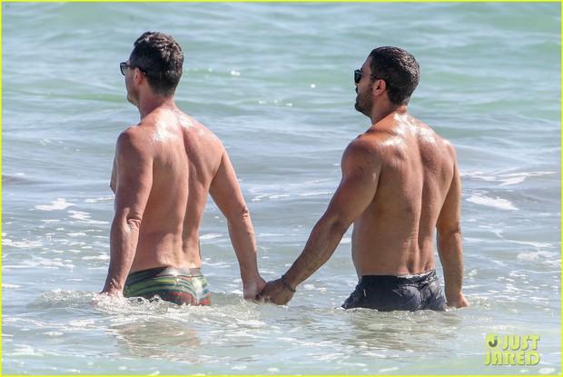 Tài tử đồng tính đẹp trai nhất nhì Hollywood gây sốt khi sánh đôi bên người yêu body 6 múi trên biển - Ảnh 3.