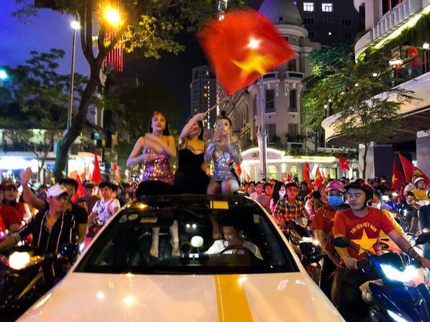 Không khí cổ vũ và ăn mừng Việt Nam vô địch AFF qua lăng kính của Galaxy A9 (2018) và iPhone X - Ảnh 18.