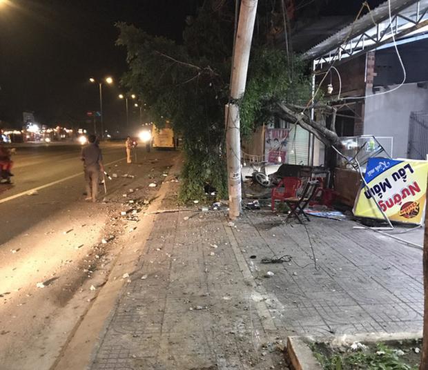 Ngồi ăn uống trên vỉa hè mừng Việt Nam vô địch AFF Cup, 2 người bị xe khách tông tử vong - Ảnh 1.