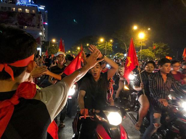 Không khí cổ vũ và ăn mừng Việt Nam vô địch AFF qua lăng kính của Galaxy A9 (2018) và iPhone X - Ảnh 21.