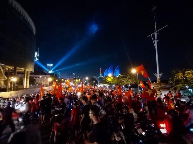 Không khí cổ vũ và ăn mừng Việt Nam vô địch AFF qua lăng kính của Galaxy A9 (2018) và iPhone X - Ảnh 24.