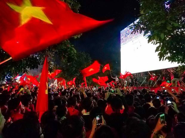 Không khí cổ vũ và ăn mừng Việt Nam vô địch AFF qua lăng kính của Galaxy A9 (2018) và iPhone X - Ảnh 29.