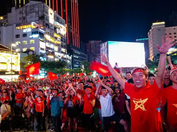 Không khí cổ vũ và ăn mừng Việt Nam vô địch AFF qua lăng kính của Galaxy A9 (2018) và iPhone X - Ảnh 31.