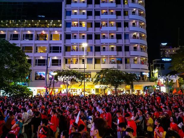 Không khí cổ vũ và ăn mừng Việt Nam vô địch AFF qua lăng kính của Galaxy A9 (2018) và iPhone X - Ảnh 6.