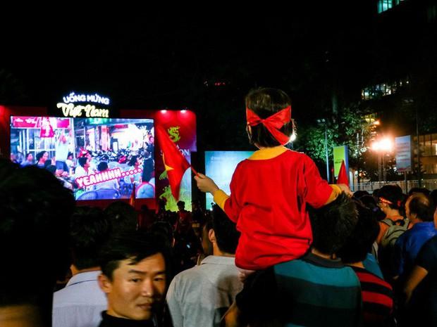 Không khí cổ vũ và ăn mừng Việt Nam vô địch AFF qua lăng kính của Galaxy A9 (2018) và iPhone X - Ảnh 8.