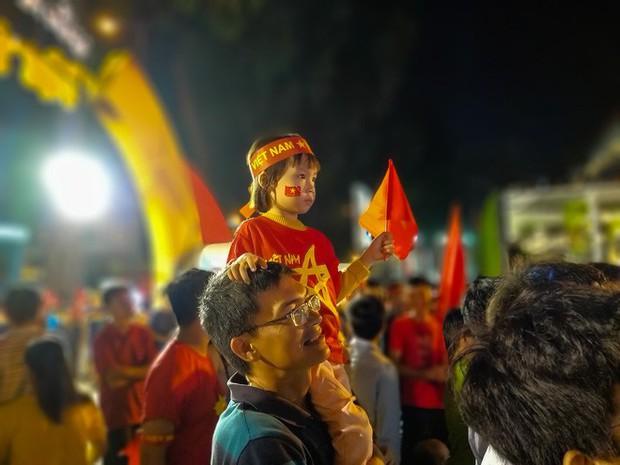 Không khí cổ vũ và ăn mừng Việt Nam vô địch AFF qua lăng kính của Galaxy A9 (2018) và iPhone X - Ảnh 9.