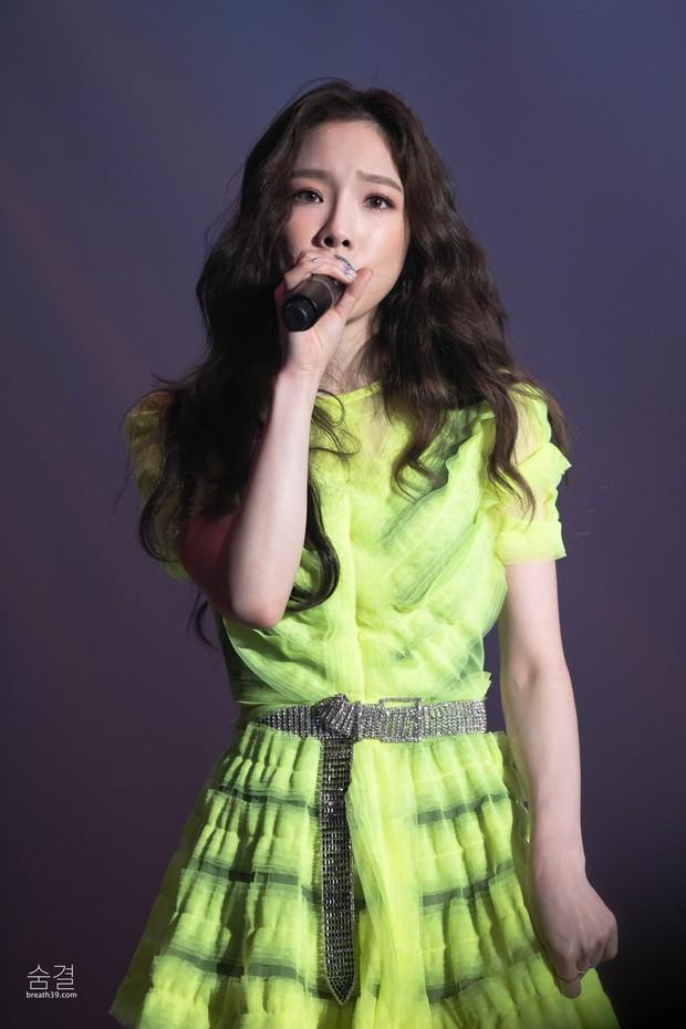 Diện chung 1 mẫu váy, Taeyeon ấn tượng hơn hẳn Jessica chỉ nhờ một chi tiết - Ảnh 4.