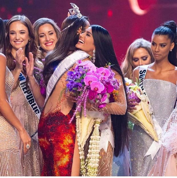 Ai cũng tươi cười chúc mừng Hoa hậu Hoàn vũ 2018, mỗi Á hậu 1 có ánh mắt thiếu thiện cảm lạ lùng! - Ảnh 1.