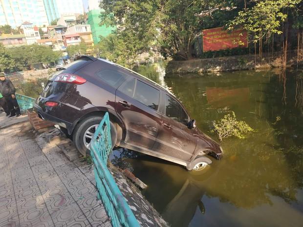 Hà Nội: Xế hộp mất lái tông đổ giải phân cách, phi lên vỉa hè rồi đâm nát lan can lao thẳng xuống hồ Trúc Bạch - Ảnh 3.