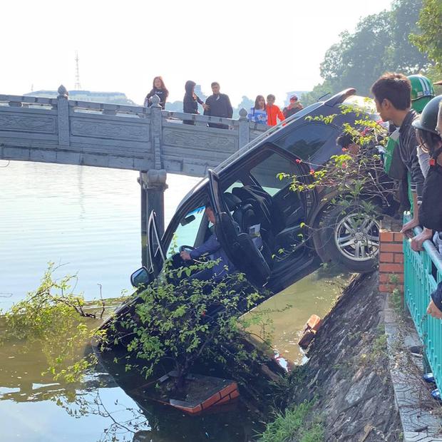 Hà Nội: Xế hộp mất lái tông đổ giải phân cách, phi lên vỉa hè rồi đâm nát lan can lao thẳng xuống hồ Trúc Bạch - Ảnh 1.