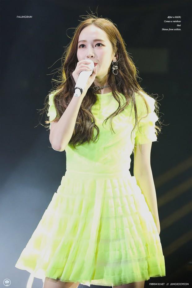 Diện chung 1 mẫu váy, Taeyeon ấn tượng hơn hẳn Jessica chỉ nhờ một chi tiết - Ảnh 1.
