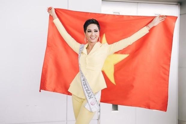 HHen Niê và vali 80 bộ đồ đến với Top 5 Miss Universe: Từ Cờ đỏ sao vàng, Dép tổ ong, Bánh mì cho đến những thiết kế đẹp nhất Việt Nam! - Ảnh 1.