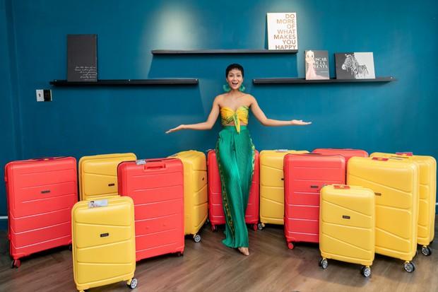 HHen Niê và vali 80 bộ đồ đến với Top 5 Miss Universe: Từ Cờ đỏ sao vàng, Dép tổ ong, Bánh mì cho đến những thiết kế đẹp nhất Việt Nam! - Ảnh 2.