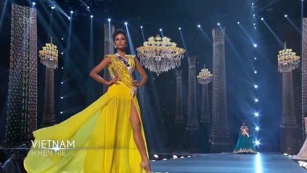 HHen Niê và vali 80 bộ đồ đến với Top 5 Miss Universe: Từ Cờ đỏ sao vàng, Dép tổ ong, Bánh mì cho đến những thiết kế đẹp nhất Việt Nam! - Ảnh 17.