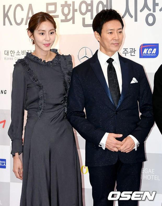 Dàn sao hạng A quyền lực tuột dốc tại thảm đỏ: Park Min Young, Bo Young già bất ngờ, UEE lộ mặt dao kéo bên loạt tài tử - Ảnh 19.