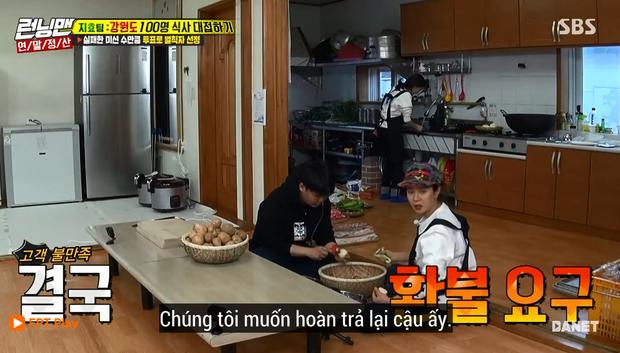 Song Ji Hyo nổi đóa vì Running Man cử 1 người không biết nấu ăn đến... phụ bếp - Ảnh 3.